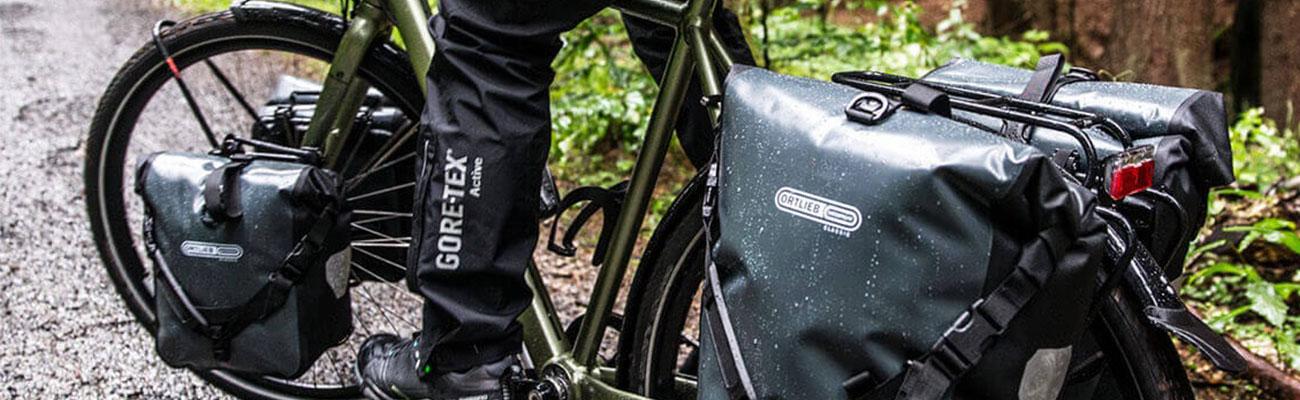 Accrocher ses sacoches de vélo d'une seule main grâce à Ortlieb