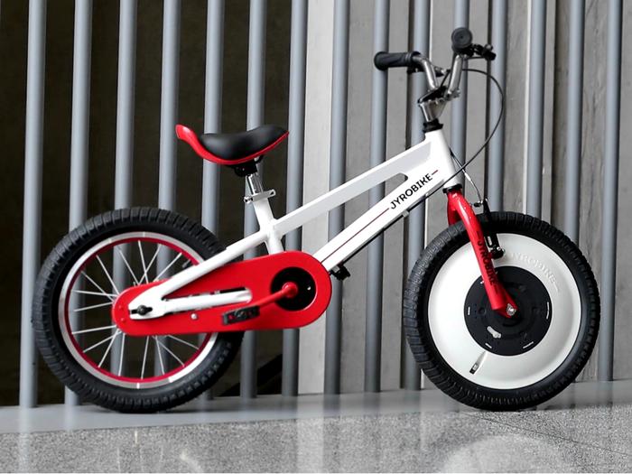 Apprendre à faire du vélo sans passer par la case roulettes avec le Jyrobike