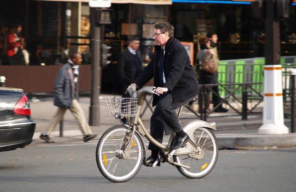 Le casque sur la touche à cause des vélos en libre-service