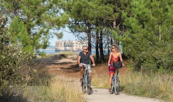 Rando vélo à Boyardville dans la forêt avec le Fort Boyard en ligne de mire
