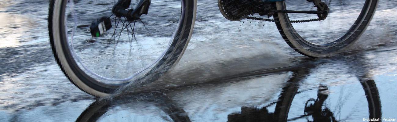 Conduite, équipements : les conseils pour affronter la pluie à vélo