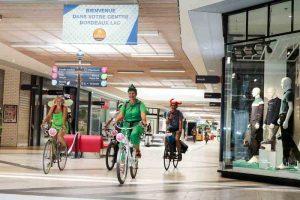 Insolite, visiter un centre commercial à vélo
