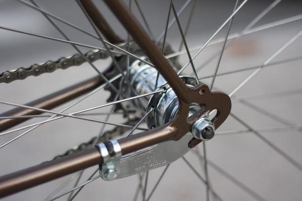 Freiner avec ses pieds à vélo : les avantages d'une roue rétropédalage