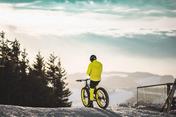 homme qui fait du vélo fatbike dans la neige en hiver