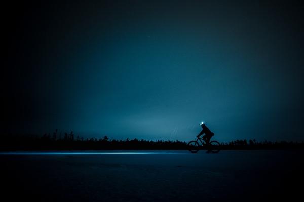 Homme qui fait du vélo quand il neige, vélo en hiver de nuit