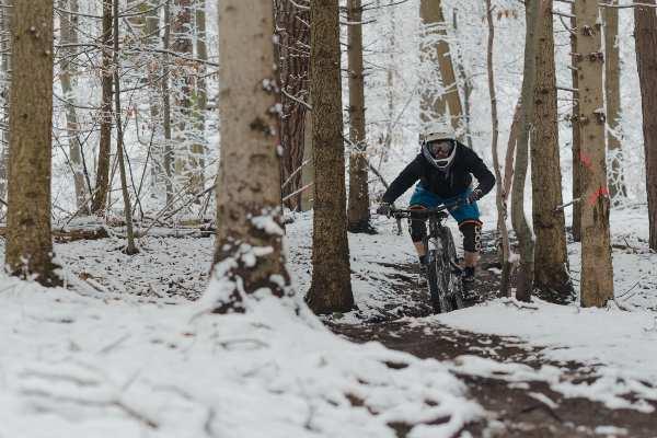 faire du VTT sur la neige en hiver et dans le froid