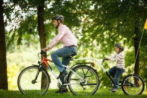 Papa et fils pour la fête des pères à vélo