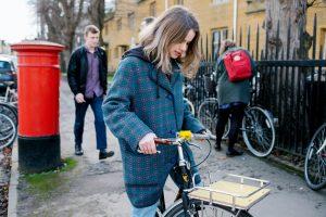 Etudiante en vélo devant l'université