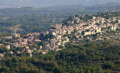 Le village de Bonnieux est une étape du tour du Luberon à vélo