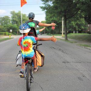 Enfant en vélo à une intersection