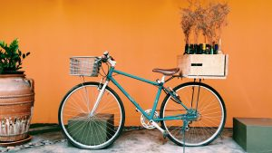 Vélo transportant de la marchandise