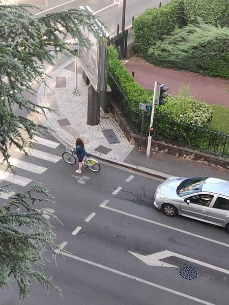 Un sas vélo pas très bien aménagé
