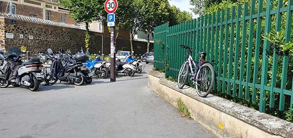Un parking vélo rempli de deux-roues motorisées
