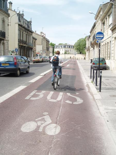 Couloir à autobus mentionnant la présence des cyclistes. Photo Ghislain Landreau