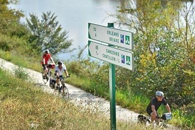 Cyclotouristes sur La Loire à Vélo, à Châtillon-sur-Loire