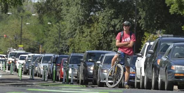 Un cycliste qui patiente dans les bouchons