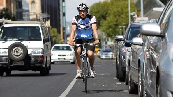 Un cycliste qui double par la gauche