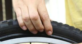 Vérifier la pression des pneus régulièrement