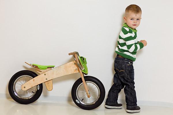 Cadeau vélo écolo, la draisienne DipDap en bois pour les enfants