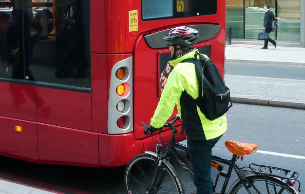 Comment rouler à vélo en sécurité avec les bus et camions