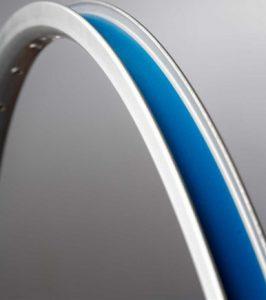 Le fond de jante permet de protéger la chambre à air lorsque celle-ci est en contacte avec la jante qui possède des trous pour rayons.