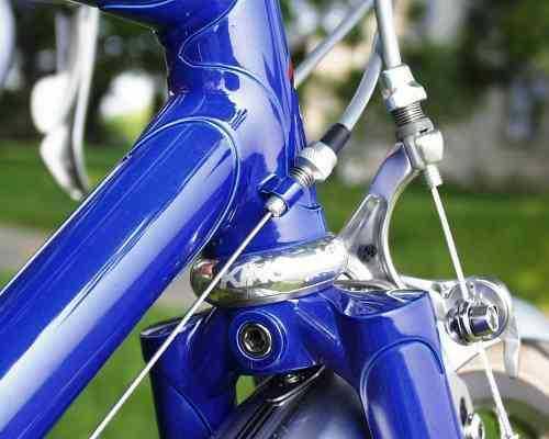 Le cadre d'un vélo peint en bleu