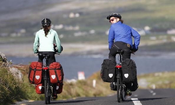 Cyclotouristes équipés de sacoches sur support-bagages arrière