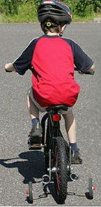 Enfant sur roues stabilisatrices vélo