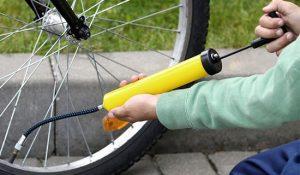 Gonfler pneu vélo avec pompe à main