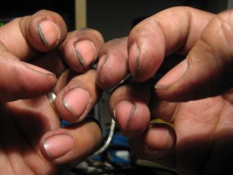 Graisse et cambouis sous les ongles d'un mécanicien