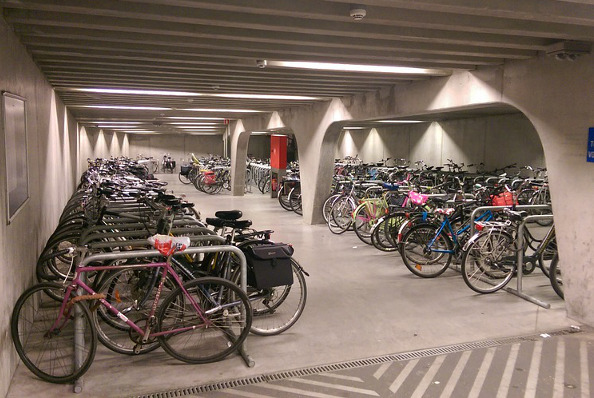 Stationnement pour v los comment am nager parking v lo - Accrocher un velo au mur ...