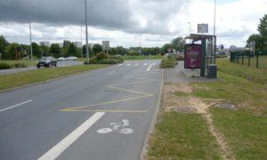 L'arrêt de bus de part et d'autre de la piste
