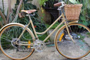 Vélo vintage avec accessoires