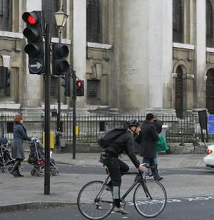 Passage des cyclistes au feu rouge