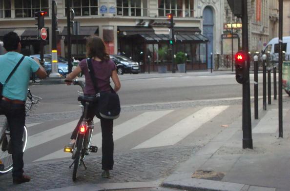 Le feu passe au rouge, que faire quand on est à vélo ?