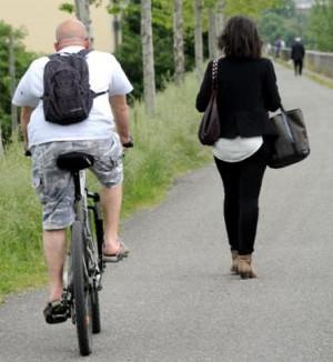 Piéton et cycliste sur la route