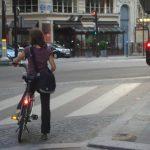 Circuler en ville parmi les piétons et les voitures
