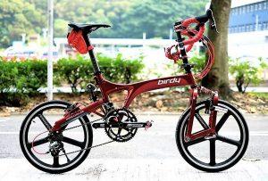Un vélo pliant avec amortisseur