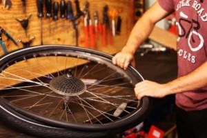 Le réparateur vélo s'occupe de changer les pneus vélo