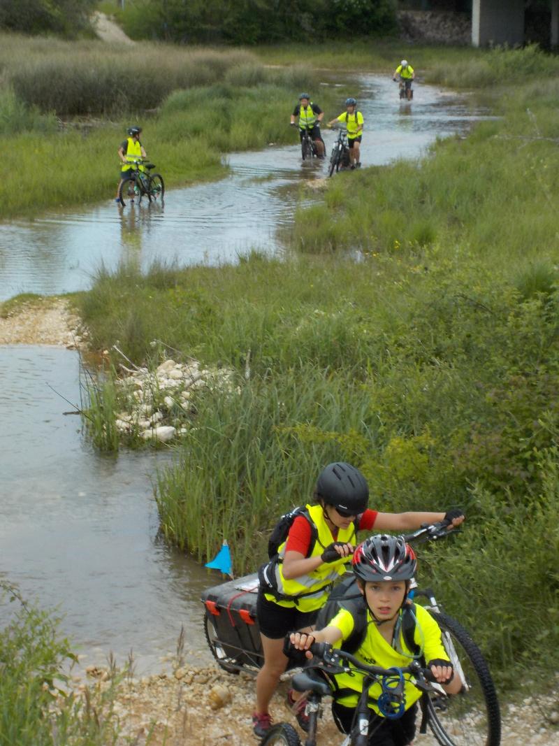 Traversée d'un ruisseau pour les collégiens de l'Albarine