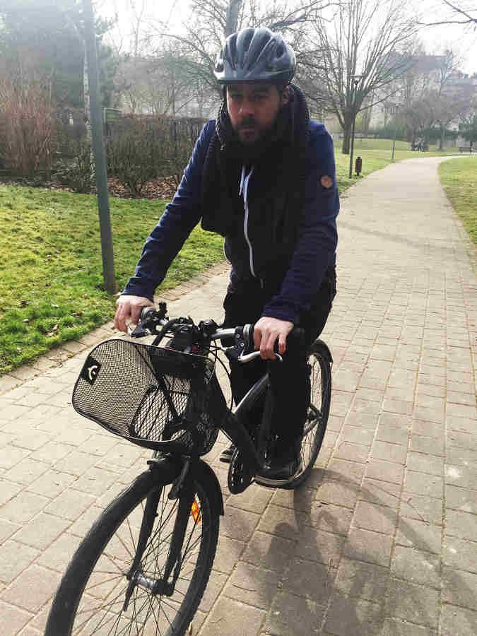 Tristan Blanchard se rend au travail à vélo