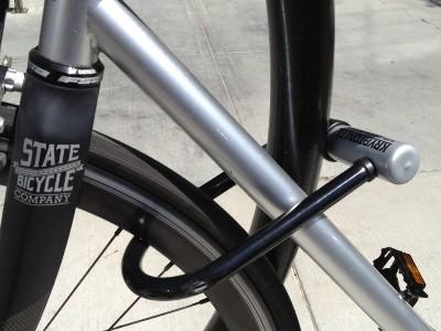 Antivol U qui sécurise un vélo
