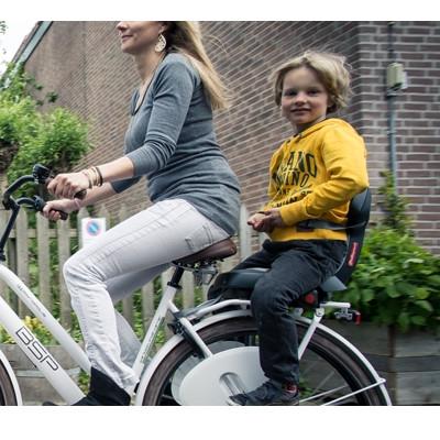 Siège enfant installé sur un porte-bagages vélo