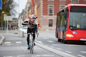 Un coursier à vélo en pleine livraison dont le syndicat des coursiers à vélo pourra désormais assurer la défense