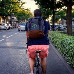 Le sac à dos lumineux pour cycliste MoonRide avec clignotants dans sa version 20L