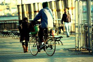 Les véloroutes et voies vertes pour moins faire usage de la voiture et pédaler comme ce cycliste en ville