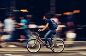 cycliste urbain allant au travail à vélo