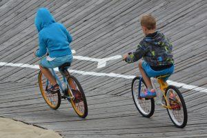 Apprentissage obligatoire du vélo : deux écoliers à vélo