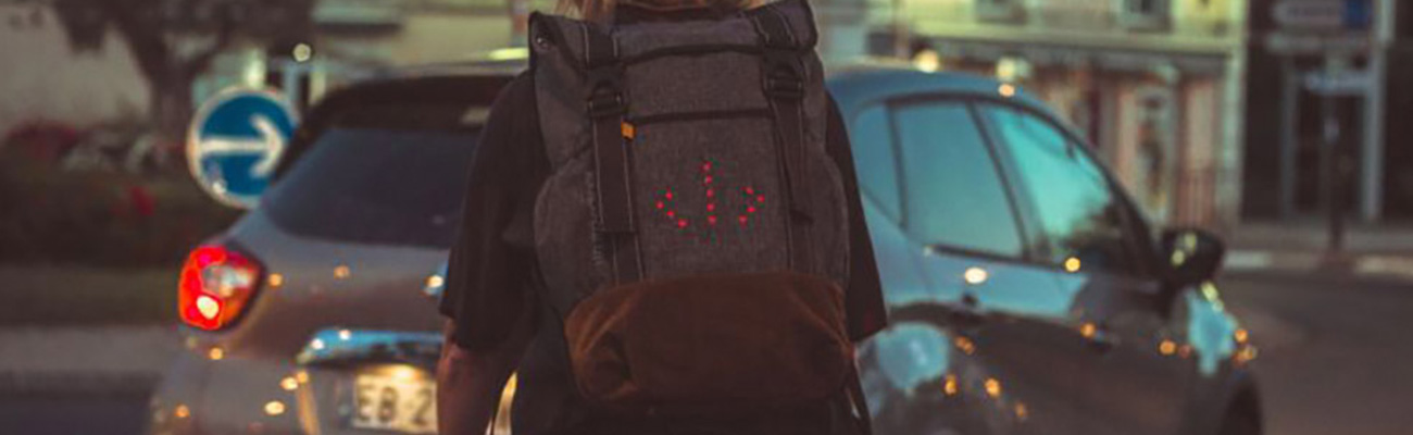 Le sac à dos led de Moonride indique la direction à vélo