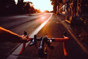 Vélo sur piste cyclable pour révolutionner la mobilité